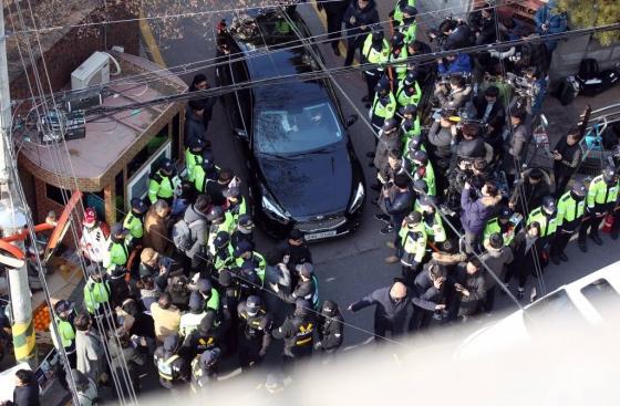 박근혜 전 대통령이 삼성동 사저로 돌아온 이틀째인 13일 오후 사저 앞 풍경. /사진=사진공동취재단