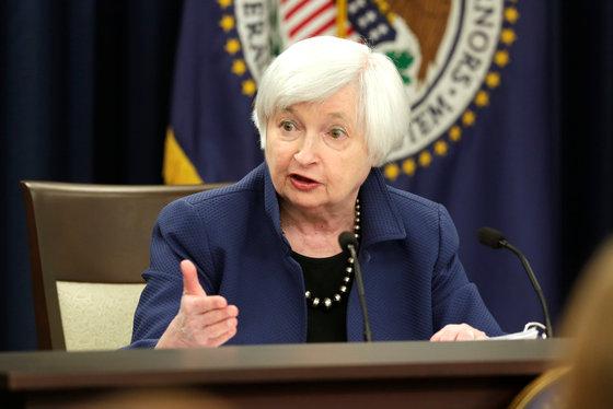 재닛 옐런 미국 연방준비제도(Feb) 의장이 15일(현지시간) 워싱턴  연방공개시장위원회(FOMC)의 3개월 만에  0.25%포인트 금리 인상 결정 후 기자회견을 하고 있다./로이터=뉴스1