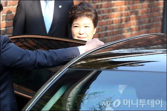 박근혜 전 대통령이 21일 오전 서울 삼성동 자택을 나서고 있다. /사진=임성균 기자
