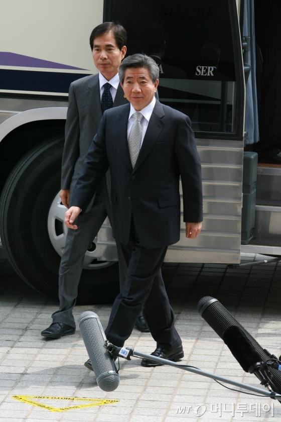 검찰청 앞 포토라인을 향해 걸어가는 노무현 전 대통령. /사진=인터넷사진공동취재단