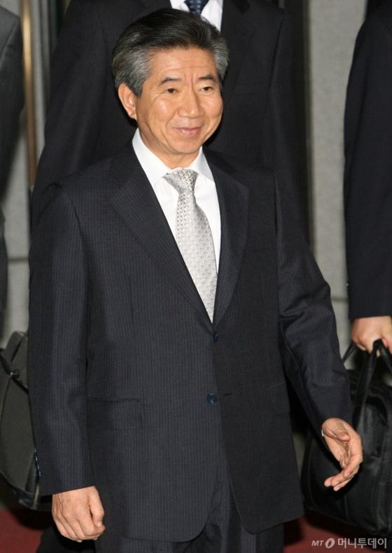 노무현 전 대통령이 다음날 새벽 검찰청에서 나오고 있다. /사진=인터넷사진공동취재단