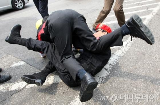 노무현 전 대통령이 소환되는 가운데 일어난 보수단체와 '노사모'의 몸싸움. /사진=머니투데이 DB