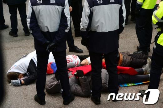 박근혜 전 대통령 자택 앞에서 박 전 대통령의 지지자들이 바닥에 누워 항의하고 있다. /사진=뉴스1