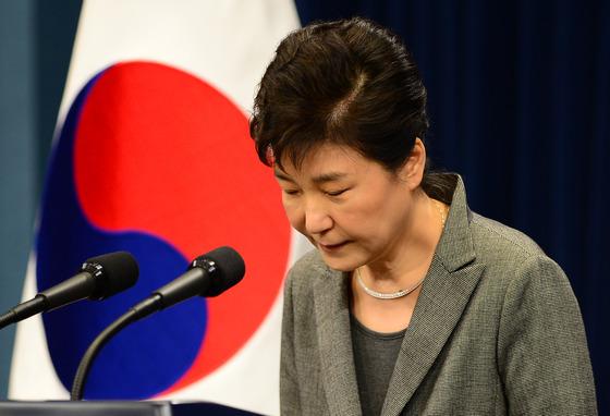 박근혜 전 대통령이 지난해 11월29일 청와대 춘추관에서 제3차 대국민담화 발표를 마친뒤 고개숙여 인사하고 있다. /사진=뉴스1