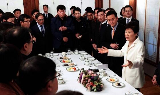 박근혜 전 대통령이 지난 1월1일 청와대 상춘재에서 출입기자단과 신년 인사를 겸한 티타임을 하던 모습/사진=청와대, 뉴시스