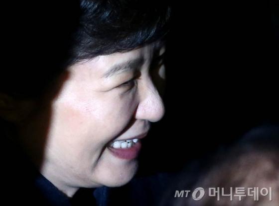 박근혜 전 대통령이 12일 오후 청와대를 떠나 서울 삼성동 사저로 들어서고 있다.