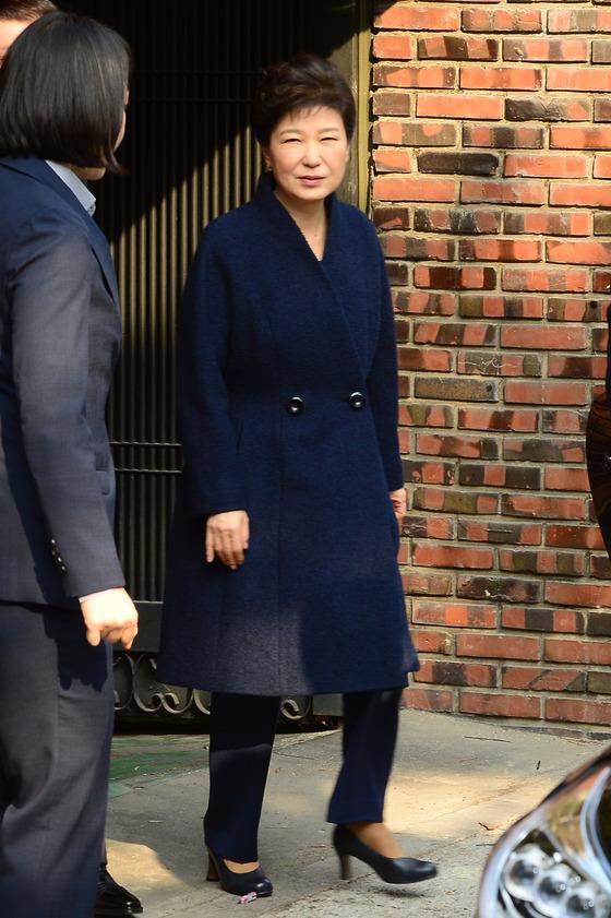 박근혜 전 대통령이 21일 오전 검찰에 출두해 피의자 신분으로 조사를 받기 위해 삼성동 자택을 나서고 있다./사진=뉴스1