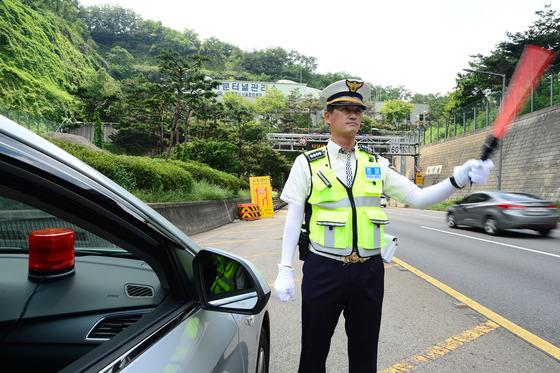교통위반 차량을 단속하는 경찰관 모습./사진제공=뉴스1