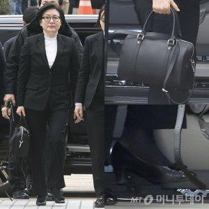 서미경, 올블랙 패션 완성한 '검은색 가방' 어디 제품?