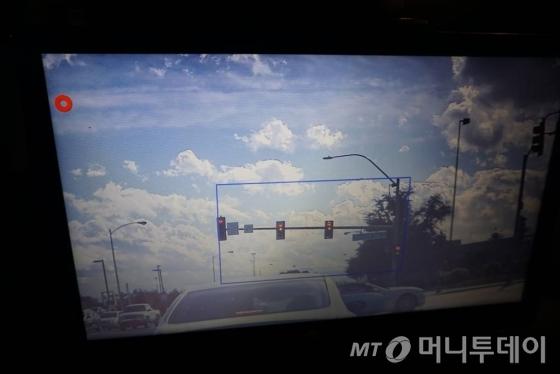 현대차 '아이오닉' 전기차의 스테레오카메라가 실시간으로 신호등 위치를 잡은 모습/사진=황시영 기자
