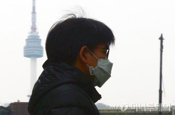시민들이 미세먼지 탓에 마스크를 쓰고 있다. /사진=뉴스1