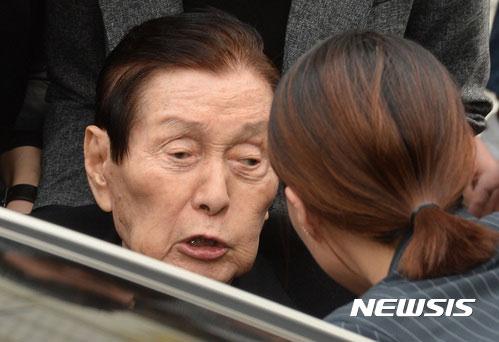 [포토is…]지팡이 휘두르고 역정… 신격호 총괄회장의 법원행