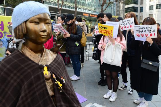 지난 15일 오후 서울 종로구 구 일본대사관 앞에서 열린 '일본군성노예제 문제해결을 위한 제1274차 정기 수요시위'에서 참석자들이 일본정부의 사과를 촉구하고 있다./ 사진=뉴스1