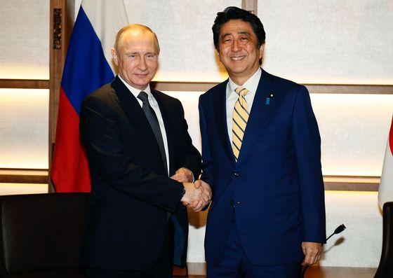 블라디미르 푸틴 러시아 대통령이 지난해 12월 15일 일본 나가토(長門)에서 아베 신조(安倍晋三) 일본 총리와 회담하기 직전 악수를 나누고 있다. / 사진=뉴스1