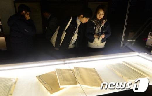 [사진]'경복궁 별빛야행' 집옥재 둘러보는 관람객들