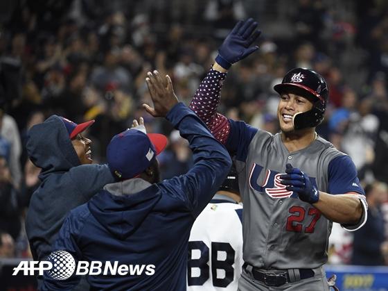 도미니카전서 결승 2점 홈런을 떄려낸 지안카를로 스탠튼(오른쪽) /AFPBBNews=뉴스1