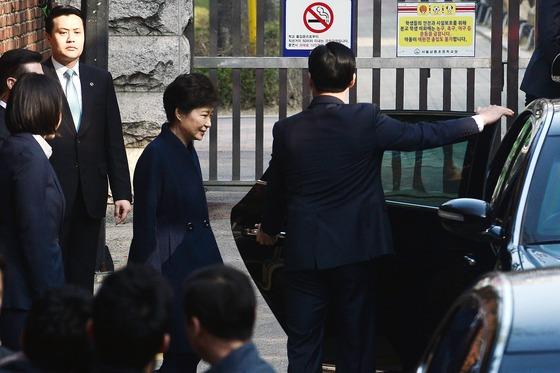 헌정 사상 처음으로 파면된 박근혜 전 대통령이 21일 오전 뇌물수수 혐의 등 피의자 신분으로 검찰조사를 받기 위해 서울 강남구 삼성동 사저를 떠나고 있다. /사진=뉴스1