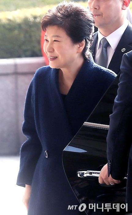박근혜 전 대통령이 21일 오전 서초동 서울중앙지검에 피의자 신분으로 소환되며 미소짓고 있다./사진=홍봉진 기자