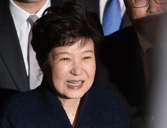 박근혜 전 대통령이 지난 12일 웃으며 사저에 복귀하고 있다. /사진=뉴스1