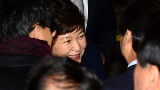 사저 복귀 날, 지지자들과 인사하는 박근혜 전 대통령 /사진=뉴시스