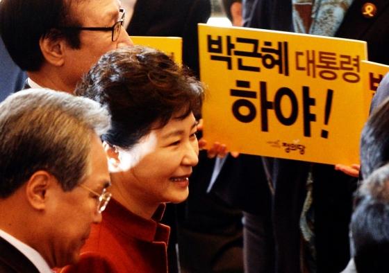 2016년 11월 8일 당시 박근혜 대통령이 '박근혜 대통령 하야!'가 써있는 손피켓을 든 야당의원들 옆을 웃으며 지나가고 있다. /사진=뉴시스