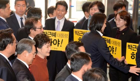 손피켓을 든 야당의원들 사이로 당시 박근혜 대통령이 웃으며 지나가고 있다. /사진=뉴시스