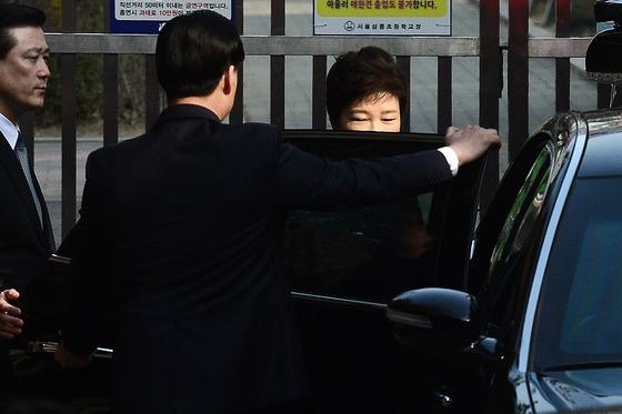 21일 오전 9시13분 박근혜 전 대통령이 서울 강남구 삼성동 사저에서 검찰조사를 받기 위해 차량에 타는 중이다. /사진제공=뉴스1