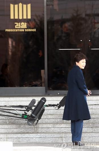 21일 서울중앙지검에 피의자 신분으로 출석한 박근혜 전 대통령이 취재진의 질문을 뒤로 한 채 청사 안으로 들어서고 있다./사진=공동취재단