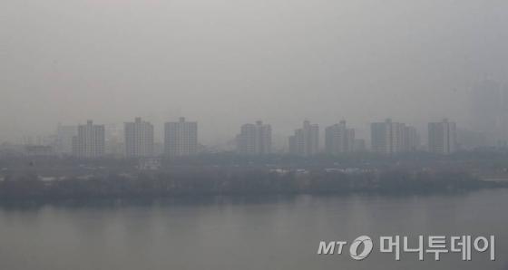 중국발 스모그의 유입으로 전국에 미세먼지 '나쁨' 수준을 보이는 21일 오전 서울 광진구 워커힐호텔에서 바라본 하늘이 뿌옇게 흐려져 있다
