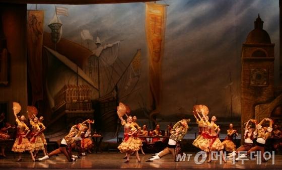 빠른 템포로 이어지는 스페인의 전통 춤 '세기디야'/ 사진제공=유니버설발레단