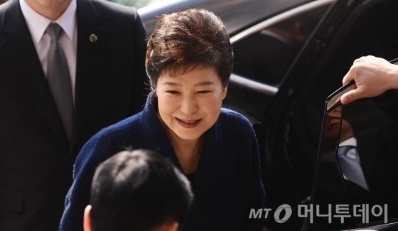 박근혜 전 대통령이 21일 오전 서초동 서울중앙지검에 피의자 신분으로 소환되고 있다.