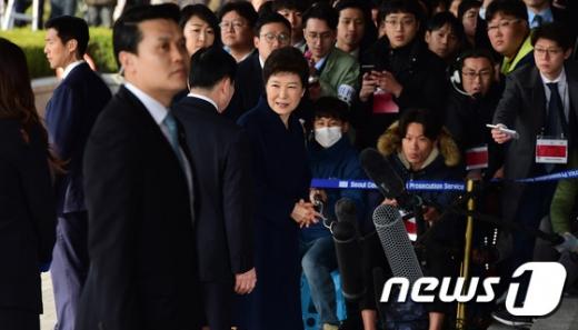 박근혜 전 대통령이 21일 오전 서울 서초동 중앙지검에 피의자 신분으로 조사를 받기 위해 출석하고 있다.  © News1 사진공동취재단