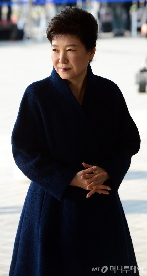 박근혜 전 대통령이 21일 오전 서울 서초동 중앙지검에 피의자 신분으로 조사를 받기 위해 출석하고 있다. /사진=뉴스1