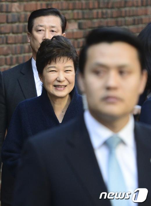 박근혜 전 대통령이 22일 오전 서울 강남구 삼성동 사저로 들어서고 있다. /사진=뉴스1