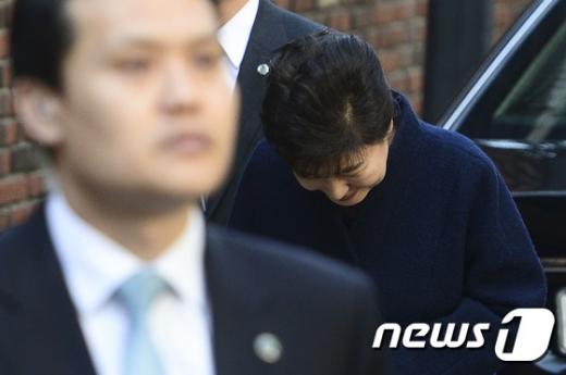 박근혜 전 대통령이 지지자들을 향해 인사하고 있다. /사진=뉴스1