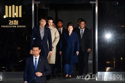 박근혜 전 대통령이 서울 서초동 중앙지검에서 조사를 마친 뒤 귀가를 하고 있다. /사진=김창현 기자
