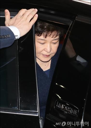 박근혜 전 대통령이 에쿠스 차량에 오르고 있다. /사진=김창현 기자