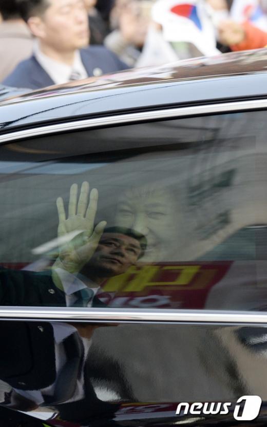 박 전 대통령이 지지자들을 향해 손을 흔들고 있다. /사진=뉴스1