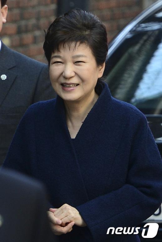 지지자들을 향해 웃고 있는 박 전 대통령. /사진=뉴스1