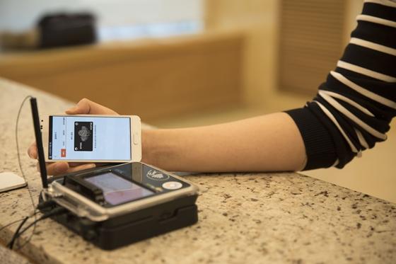모바일 결제플랫폼 '코나머니'의 모바일 결제카드를 사용하는 모습. / 사진제공=코나아이