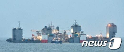[사진]반잠수식 선박 위에 자리잡은 세월호