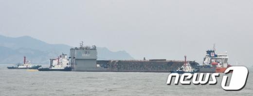 [사진]선적된 세월호 '목포 신항 이동준비 한창'