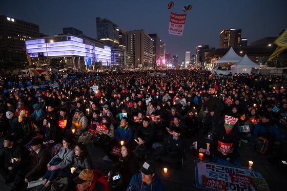 25일 서울 광화문광장에 '21차 범국민행동의 날' 촛불집회가 열렸다. /사진제공=뉴스1