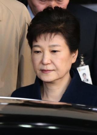 22일 오전 박근혜 전 대통령이 서울중앙지검 청사에서 나오는 중이다. /사진제공=뉴스1