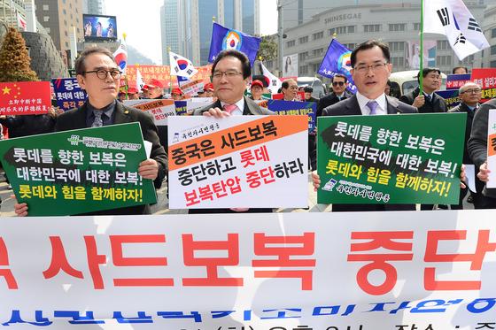 21일 오후 서울 중구 중국대사관 주변에서 열린 중국의 사드 보복 조치 중단 촉구를 위한 규탄대회에서 참석자들이 피켓을 들고 관련 구호를 외치고 있다./사진=뉴스1