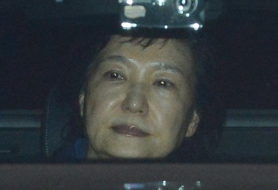 구속된 박근혜 전 대통령이 31일 새벽 서울 서초동 중앙지검에서 서울구치소로 향하고 있다. /사진=뉴스1