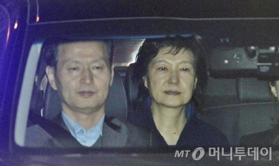 박근혜 전 대통령이 31일 새벽 서울 서초동 중앙지검에서 서울구치소로 향하고 있다.