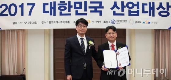 박성호 류진랩 부대표(오른쪽)가 기술혁신대상을 받고 김의주 한국능률협회컨설팅 수석컨설턴트와 기념사진을 찍고 있다/사진=김창현 기자