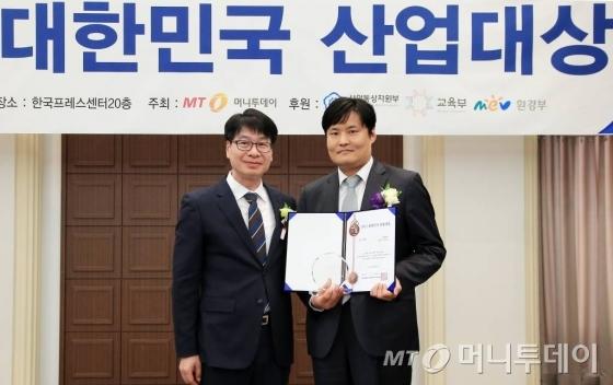 이정욱 위엠비 상무(오른쪽)가 ICT대상을 수상하고 김의주 한국능률협회컨설팅 수석컨설턴트와 기념 촬영을 하고 있다/사진=김창현 기자