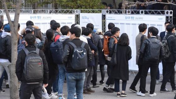 1일 서울 송파구 잠실고등학교에서 현대자동차그룹 인적성검사(HMAT)가 실시됐다. 응시생들이 시험장 앞에서 명단을 확인하고 있다. /사진제공=뉴시스